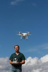 Tierfilmer und Naturfilmer Jens Klingebiel mit ferngesteuerter Drohne
