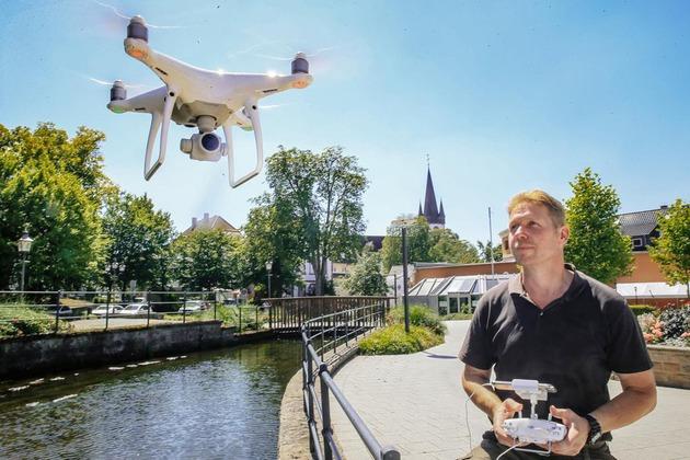 wildlife cameraman Jens Klingebiel mit Drohne in Bad Lippspringe